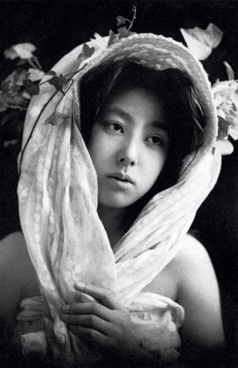 Красота без кимоно — подборка архивных портретов японских гейш