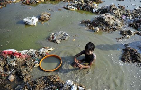 Миллионы индийцев сбрасывали трупы своих близких в священную реку Ганг. Терпение властей лопнуло...
