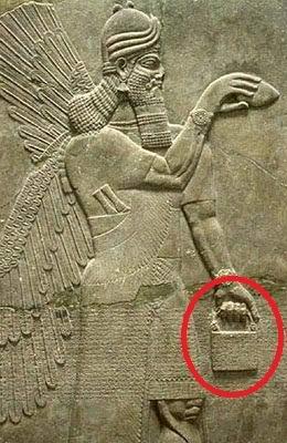 Загадочную сумку нашли на множестве древних скульптур