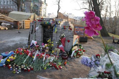 В Киеве уничтожен памятник майданщикам. ВИДЕО