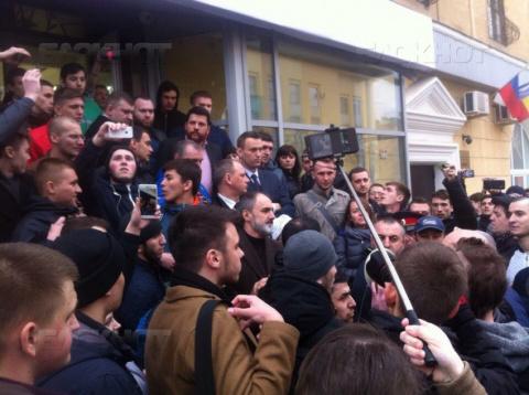 В Волгограде Навальному вручили фашистскую каску