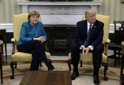 Трамп не захотел пожимать руку Меркель