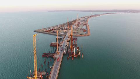 Строители выполнили половину всех работ по установке свай моста в Крым