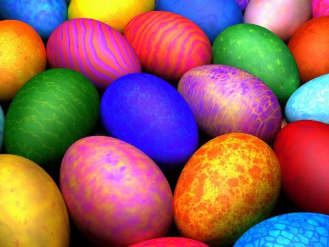 Как покрасить яйца натуральными красителями.