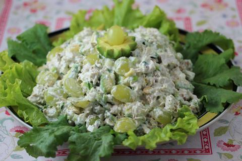 Салат с куриной грудкой и виноградом