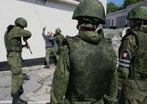 Военная полиция ВВО получила современные индивидуальные противоударные комплекты