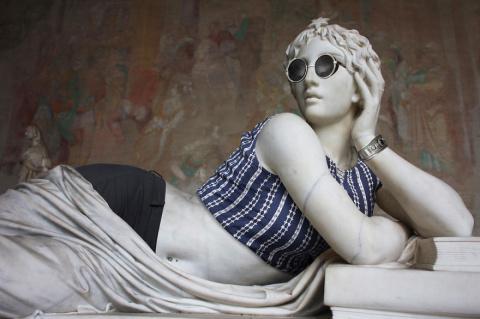 Окаменевшие хипстеры: что получится, если нарядить античные скульптуры в современную одежду