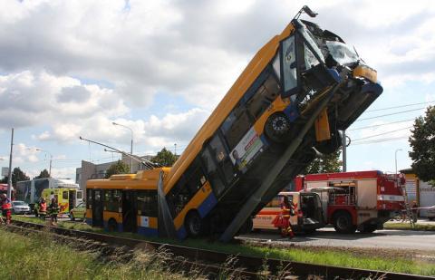 В Чехии троллейбус забрался на столб
