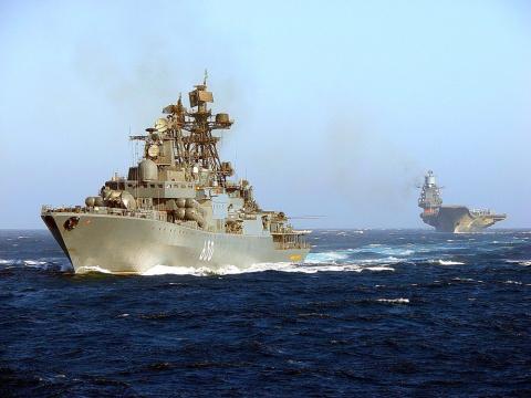 КАДРЫ ВЫЗЫВАЮЩИЕ ГОРДОСТЬ: Проход эскадры России во главе с авианесущим крейсером «Адмирал Кузнецов», снятые с борта британского вертолета, опасливо соблюдающего максимальную дистанцию