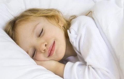 Заботливые родители никогда не позволят ребенку поздно лечь спать.  Это очень опасно для него