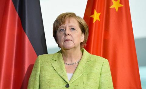 Ангела Меркель протягивает «…