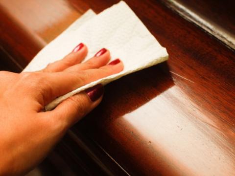 Царапины на мебели: 9 способ…