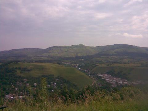 Вид на посёлок Нарзанный и отроги Джинала.