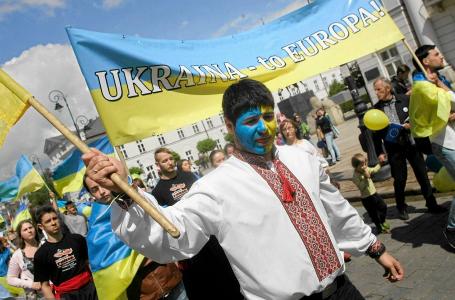В Польше работников-украинцев заставляют носить сине-желтую униформу