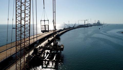 Строители заасфальтировали почти половину моста в Крым