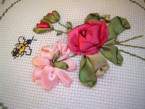 Вышиваем лентами розы. Мастер-класс.