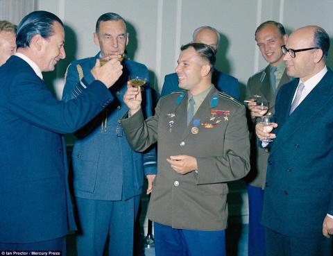 Майор Юрий Гагарин на приёме…