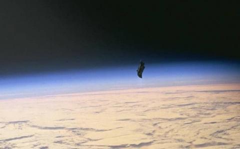 «Черному рыцарю» столкновения на орбите Земли не грозят. Корабль продолжает полет
