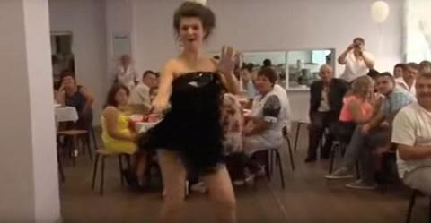 Мало кто зажигает на свадьбе так, как эта свидетельница. Отличный танец!