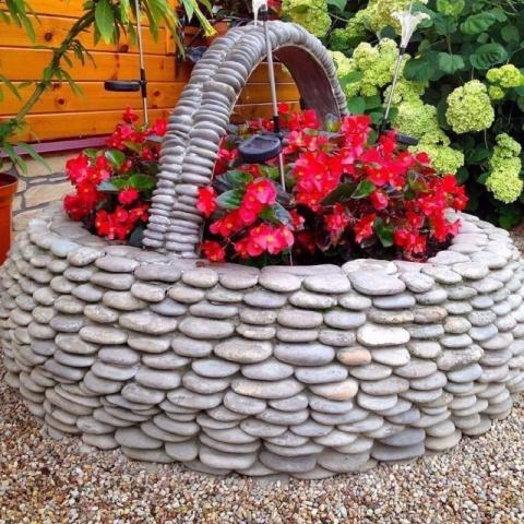 Простые идеи, как оформить клумбу с помощью обычных камней