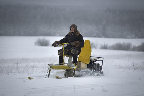 Пенсионер в Вятской деревне собрал аэросани, снежный трактор и мотодельтап