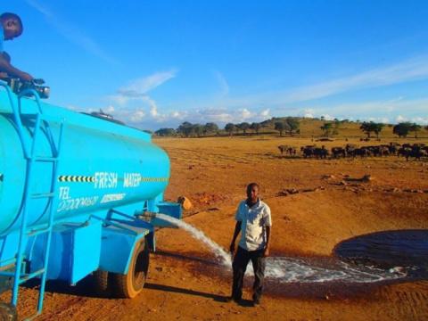 Житель Кении спасает животны…