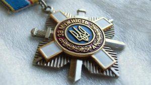 Сестра погибшего бойца ВСУ вернула Порошенко награду брата