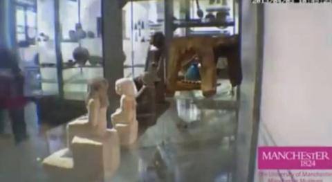 Египетская статуя в музее сама поворачивается по кругу (видео)