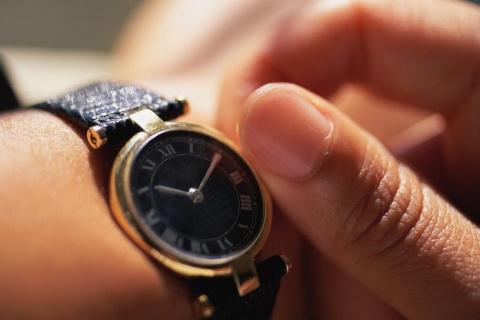 Мужчина спрашивает пациента психиатрической больницы о времени, его ответ – невероятно!