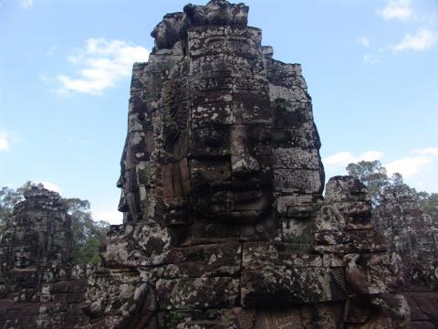 Байон — храмовый комплекс в центре Ангкор Тома, построен в честь Джаявармана VII. Храм имеет три уровня и его окружают три стены. Основная часть декора храма — изображение бытовой и повседневной жизни кхмеров. Есть также глухая стена высотой в 4,5 метра на которой изображены сцены победы Джаявармана VII над чамами в битве на озере Тонлесап.