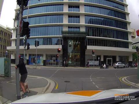 Мгновенная карма настигла агрессивного пешехода