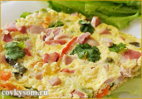 Яичница с колбасой и овощами