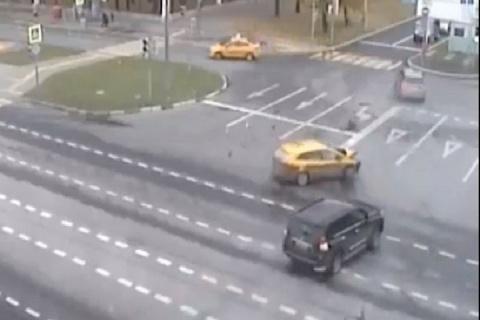 Такси «Шоколад» с пассажирами попало в аварию на западе Москвы