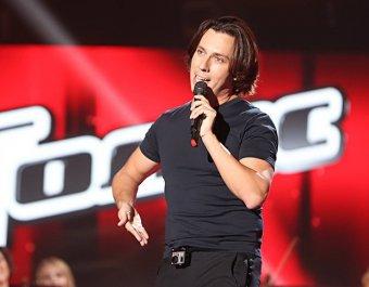 Максим Галкин спел тремя голосами, заставив повернуться только двух членов жюри