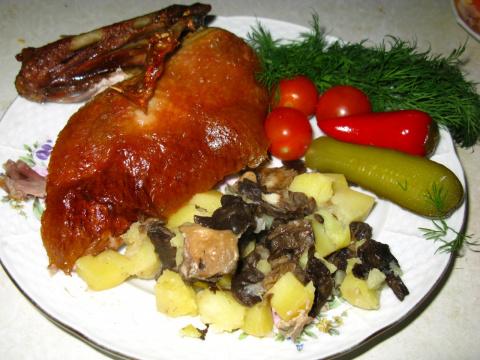 Утка, фаршированная картошкой с грибами