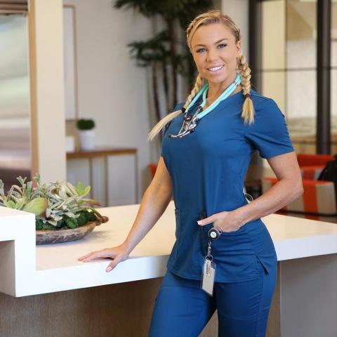 Её называют «самой горячей медсестрой мира» и для этого есть основания