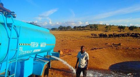 Мужчина ежедневно проезжает сотню километров, чтобы напоить диких животных