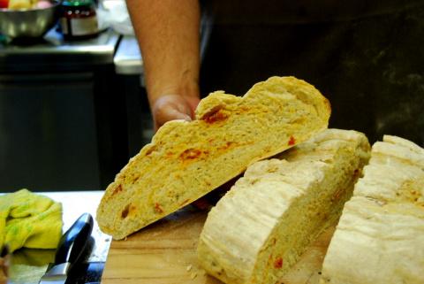 Белый хлеб с вялеными помидо…