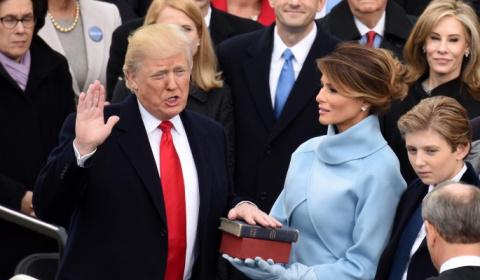 Трамп присягнул на двух Библиях