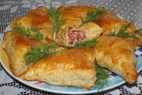 Слоенные пирожки с копченой колбасой