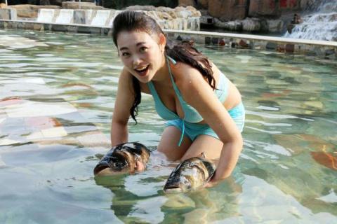 Азиатские девушки на рыбалке