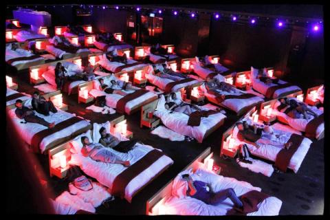 ИКЕА устроила в Москве постельный кинотеатр