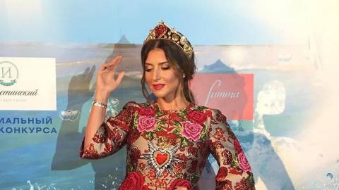 Образ дня: Жасмин в Dolce&Gabbana
