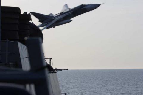 СРОЧНО: Су-24 ВКС РФ снова запугали американский эсминец Porter в Черном море (ФОТО)