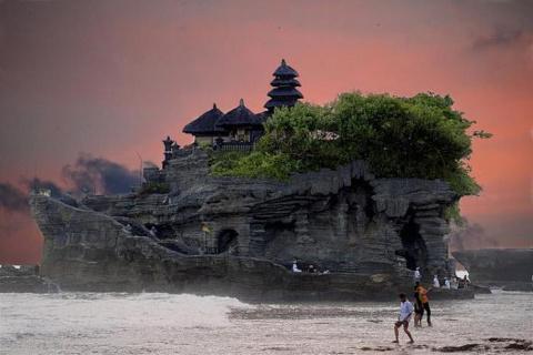 Чудесный Храм Танах-Лот на Бали