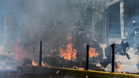 Венесуэла: Не менее четырех военных пострадали при взрыве на акции протеста в Каракасе