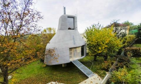 Выделяясь среди соседей: нестандартный загородный дом