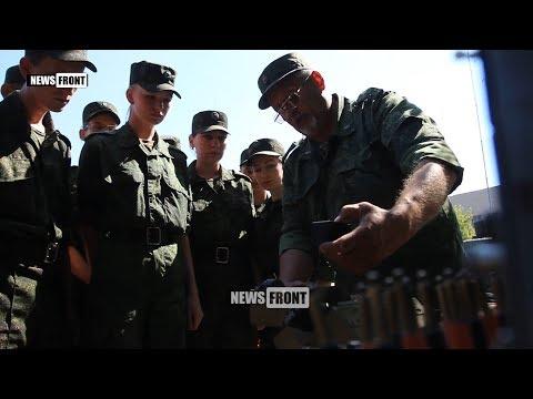 Военные ЛНР обучают студентов местных вузов работе со средствами связи Народной милиции