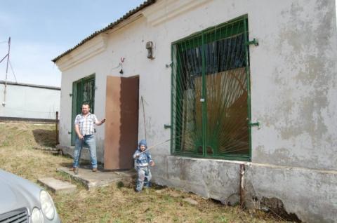 Мужчина в инвалидной коляске купил заброшенное здание и превратил его в уютный дом