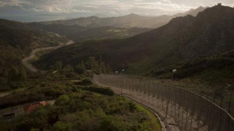 Сотни мигрантов прорвались через шестиметровый забор в Испанию